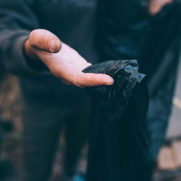 Hand som håller BioAgri, komposterbar markduk